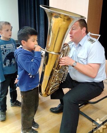 Die Schüler durften selbst versuchen, aus den diversen Blasinstrumenten Töne herauszubekommen. Foto: Privat/pp/Agentur ProfiPress