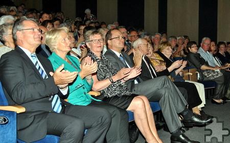 Auch Landrat Günter Rosenke und Euskirchens stellvertretender Bürgermeister Horst Belter (v.l.) sparten nicht mit Applaus. Foto: Renate Hotse/pp/Agentur ProfiPress