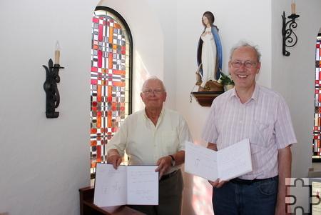 Gottfried Brauner und Johannes Inden (v.l.) mit zwei der insgesamt sechs Gästebücher, die mit Dankesworten und Zeichnungen gefüllt wurden. Foto: Steffi Tucholke/pp/Agentur ProfiPress