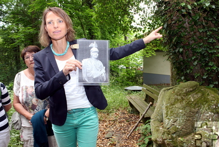 Auf dem Weg zu den Kakushöhlen lehnt eine (kopflose) Büste von Kaiser Wilhelm II, die 1907 mit einem großen Volksfest eingeweiht wurde. Foto: Alice Gempfer/pp/Agentur ProfiPress
