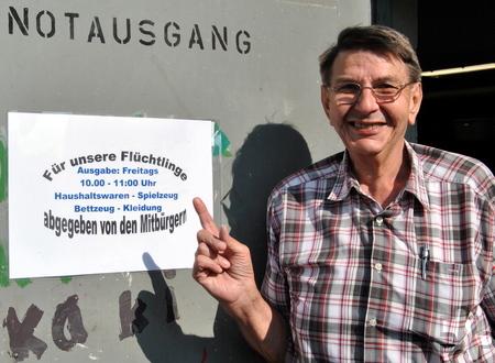 Johannes Klinkhammer am Eingang Emil-Kreuser-Straße zur Ausgabestelle für Flüchtlinge, die im Keller der Barabaraschule untergebracht ist. Foto: Renate Hotse/pp/Agentur ProfiPress