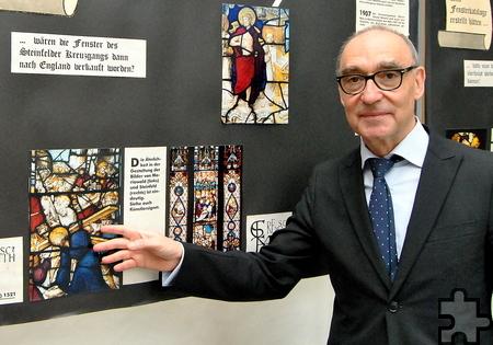 Schulleiter Heinrich Latz forscht nach den Glasmalereien des Steinfelder Kreuzgangs. Foto: Renate Hotse/pp/Agentur ProfiPress