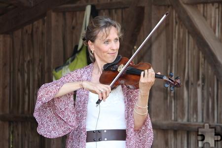 Gudula Shan' Adrana spielt als Geigerin in österreichischen Orchestern und verlieh der Musik beim Benefizabend eine ganz besondere Intensität. Foto: Steffi Tucholke/pp/Agentur ProfiPress