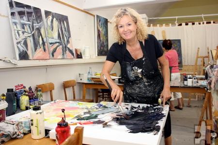 """In der """"Sommerakademie"""" im Kloster Steinfeld können sich die Künstlerinnen, hier Christiane Klein, zehn Tage lang ganz auf ihre Arbeit konzentrieren. Foto: Alice Gempfer/pp/Agentur ProfiPress"""