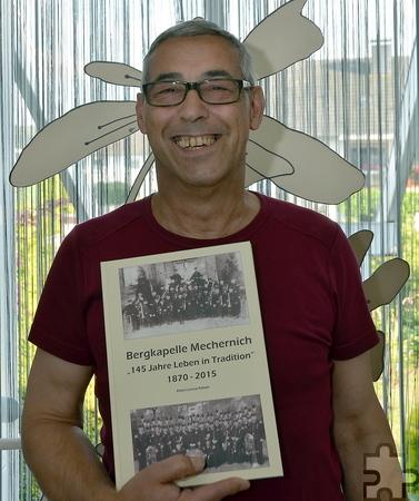 Peter-Lorenz Könen mit der neuen Chronik. Foto: Manfred Lang/pp/Agentur ProfiPress