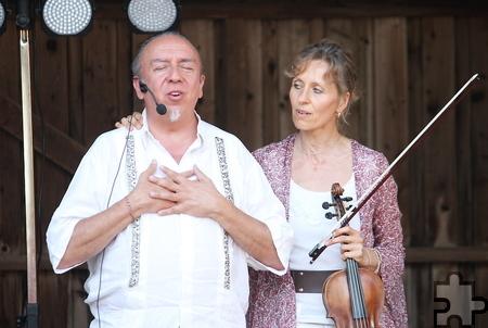 """""""Mitten ins Herz"""" war das Thema der Open-Air-Veranstaltung, bei der Taato Gomez und Gudula Shan' Adrana Gomez mit ihrer Musik berührten. Foto: Steffi Tucholke/pp/Agentur ProfiPress"""