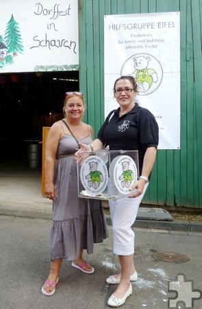 Pia Benz (rechts), Vertreterin der Hilfsgruppe Eifel, und Uschi Hermes, Vorsitzende der Dorfgemeinschaft Schaven bei der Spendenübergabe. Foto: Privat/pp/Agentur ProfiPress