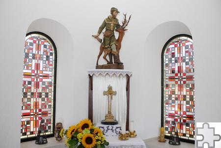 Eine Figur des Heiligen Hubertus als Jäger schmückt den Altarraum der ihm geweihten Kapelle. Foto: Steffi Tucholke/pp/Agentur ProfiPress