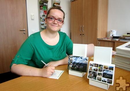 Die Jahrespraktikantin Jasmin Vossel hat bei der Gestaltung der neuen Ansichtskarten mitgewirkt. Foto: Stadt Mechernich/pp/Agentur ProfiPress
