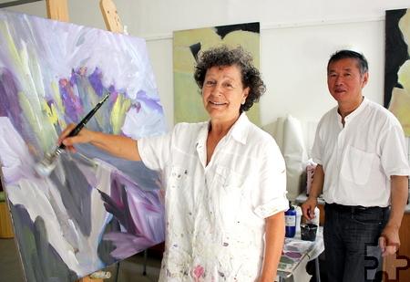 Der Dozent Professor Qi Yang schaut den Künstlerinnen, hier mit Doris Klepper, immer wieder über die Schulte und gibt Anregungen. Foto: Alice Gempfer/pp/Agentur ProfiPress