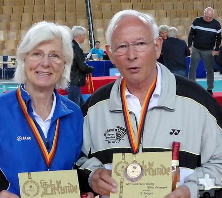 Im Badminton ein eingespieltes Team: Seit vier Jahren sind Dr. Michael Oversberg aus Mechernich-Lorbach und Elke Krengel aus Erftstadt in Nordrhein-Westfalen ohne Niederlage. Foto: Privat/pp/Agentur ProfiPress