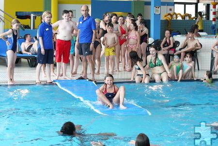 Viel zu lachen gab es bei einer Herausforderung mit Nass-Garantie: Die Kinder und Jugendlichen sollten versuchen, Purzelbäume über die Schwimmmatte zu schlagen. Foto: Steffi Tucholke/pp/Agentur ProfiPress
