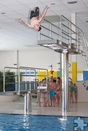 Geradezu akrobatisch waren die Sprünge vom Drei-Meter-Turm ins Becken. Foto: Steffi Tucholke/pp/Agentur ProfiPress