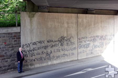 """Derzeit """"zieren"""" noch Schmierereien die Unterführung an der Gemünder Straße, bald soll dort ein Spray-Kunstwerk aus historischen wie aktuellen Kaller Bildern entstehen. Foto: Alice Gempfer/pp/Agentur ProfiPress"""