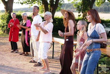 """Tolle Stimmung: Beim Benefizabend in der Holzheimer Siedlung Lippik wurde zur Musik von """"ShanTaa"""" fröhlich getanzt. Foto: Steffi Tucholke/pp/Agentur ProfiPress"""
