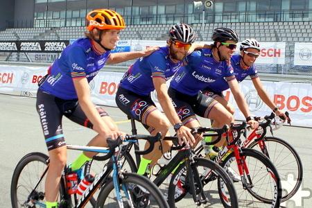 Gemeinsam über die Ziellinie: James Early, Peter Büsch, Daniel Aigner und Dominic Aigner (von links). Foto: Paul Düster/pp/Agentur ProfiPress