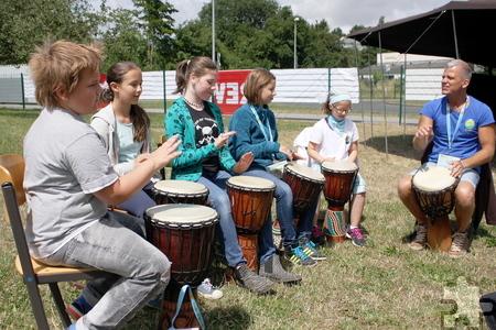 An zwei Tagen konnten die Kinder beim Trommelworkshop von Schlagzeuger Tom Kommer mitmachen. Foto: Steffi Tucholke/pp/Agentur ProfiPress