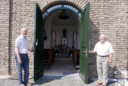 """Johannes Inden (links) und Gottfried Brauner von der IG Tötschberg präsentieren """"ihre"""" Kapelle. Foto: Steffi Tucholke/pp/Agentur ProfiPress"""