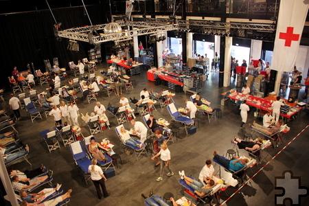 Rund 400 Freiwillige kamen zum zehnten Rotkreuz-Blutspendemarathom in der TON-Fabrik der Kultur- und Freizeitfabrik Zikkurat in Mechernich-Firmenich. Foto: Alice Gempfer/pp/Agentur ProfiPress