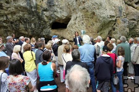 Auch außen in der Höhlenwand leben zahlreiche Tiere, erklärte Dr. Anne Katharina Zschocke, darunter auch der Kleiber. Foto: Alice Gempfer/pp/Agentur ProfiPress