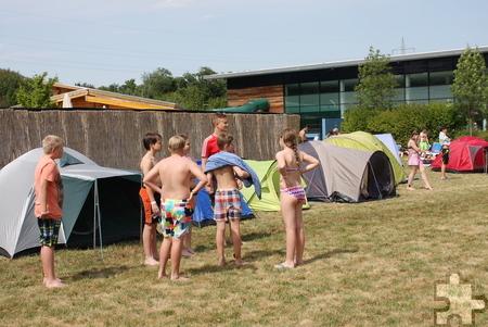 Der abgesperrte Bereich auf der Wiese am Freibad wurde am Wochenende in einen bunten Zeltplatz verwandelt. Foto: Steffi Tucholke/pp/Agentur ProfiPress