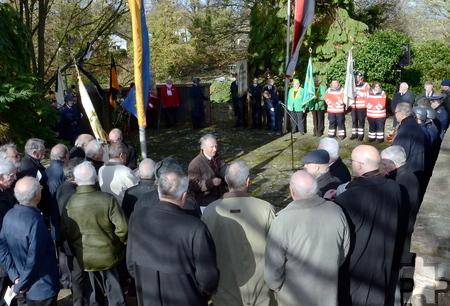 Angehörige Mechernicher Vereine und Organisationen sowie der Bundeswehr umringen das Ehrenmal an der Alten Kirche.  Foto: Manfred Lang/pp/Agentur ProfiPress