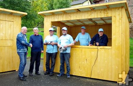 Nach getaner Arbeit bedankte sich Ortsvorsteher Rudi Mießeler für das Engagement bei den Aktiven sowie Walfried Heinen von RWE. Foto: privat