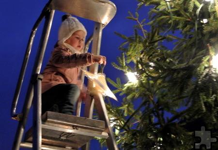 Schon die ganz Kleinen helfen in Kommern beim traditionellen Baumschmücken. Foto: Privat/pp/Agentur ProfiPress