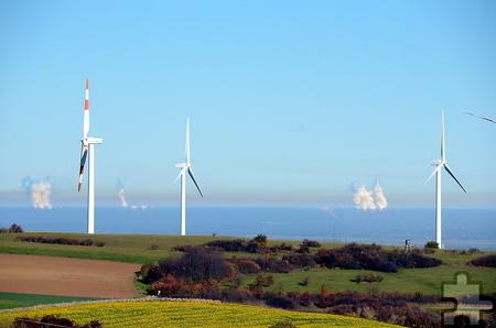 Ein Suchbild von der ersten Eifelhöhe bei Mechernich-Berg in Richtung Köln-Bonner Bucht: Welche Energienutzung ist uns lieber: Wind- oder Kohlekraft? Foto: Manfred Lang/pp/Agentur ProfiPress