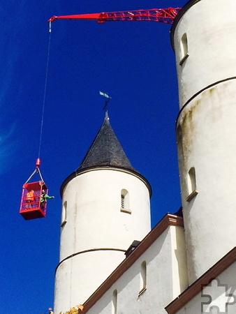 Vom Kran aus sollte geklärt werden, ob der Anstrich am Mauerwerk auch kostengünstig per Seilklettertechnik erfolgen kann. Foto: Wieslaw Kaczor/pp/Agentur ProfiPress