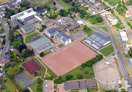 Der Platz im Schulzentrum soll nach den Plänen der Mechernicher Verwaltung in einen Rasenplatz umgewandelt werden. Luftbild: Manfred Lang/pp/Agentur ProfiPress