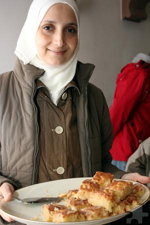 Auch die Syrerin Mouna hat für das Begegnungscafé gebacken. Foto: Alice Gempfer/pp/Agentur ProfiPress