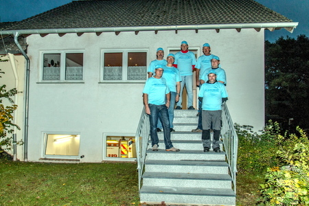 In 50 Arbeitsstunden erneuerten die Mitglieder der Löschgruppe Lorbach zwei Zugangstreppen am Feuerwehrgerätehaus. Hier die ehrenamtlichen Handwerker auf der Treppe zum Schulungsraum. Foto: LG Lorbach/pp/Agentur ProfiPress