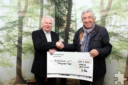 Hilfsgruppen-Chef Willi Greuel (rechts) freut sich über eine 2000-Euro-Spende des Mechernicher Krematoriums, Geschäftsführer Udo Alda überreichte den symbolischen Scheck. Foto: Alice Gempfer/pp/Agentur ProfiPress