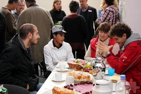 Im Gespräch: Caritas-Mitarbeiterin Dorothea Muysers, die ehrenamtliche Koordinatorin der Flüchtlingshilfe Kall, im Gespräch mit jungen Männern aus Syrien. Foto: Alice Gempfer/pp/Agentur ProfiPress