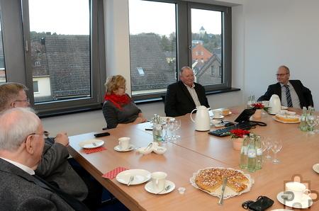 Bürgermeister Dr. Hans-Peter Schick (von rechts) bewirtete die Eheleute Skalski ebenso mit Kaffee und Kuchen wie Generalsuperior Karl-Heinz Haus und Günther Schulz (l.). Foto: Manfred Lang/pp/Agentur ProfiPress