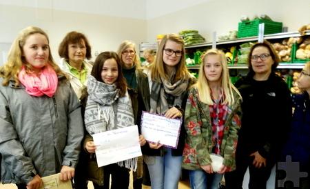 230 Euro konnten die Schüler bei einem Besuch in der Mechernicher Tafel überreichen. Foto: Yvonne Schäfer/pp/Agentur ProfiPress
