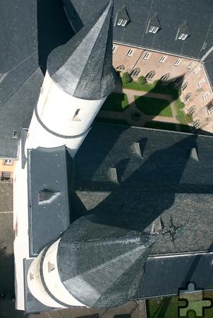 Bei der Kranbefahrung an der Basilika Steinfeld schaukelten die Gutachter rund 30 Meter über dem Boden. Foto: Steffi Tucholke/pp/Agentur ProfiPress