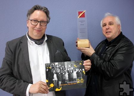 Rolf Emmerich (l.), Geschäftsführer der Lebenshilfe HPZ und der Künstler Rolf A. Kluenter, hier nach der Auszeichnung in Berlin, freuen sich, dass die Werbekampagne zu ihrem Inklusions-Kunstprojekt nun auch international Beachtung findet. Foto: Alice Gempfer/pp/Agentur ProfiPress