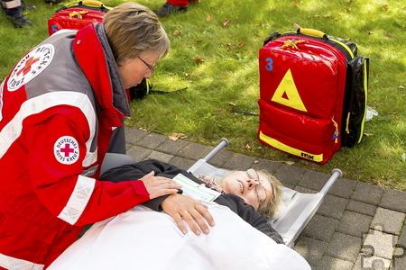 Im Kriseninterventionsdienst des Roten Kreuzes ist Irmgard Bünder (hier bei einer Übung) immer zur Stelle, wenn seelische Hilfe benötigt wird. Foto: Simon Jägersküpper/DRK/pp/Agentur ProfiPress