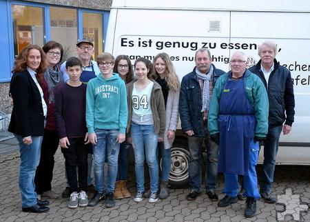 """Ihre Lebensmittelspenden übergaben die Schüler des Mechernicher Gymnasiums """"Am Turmhof"""" an den Tafel-Chef Wolfgang Weilerswist (3. von rechts). Foto: Privat/pp/Agentur ProfiPress"""