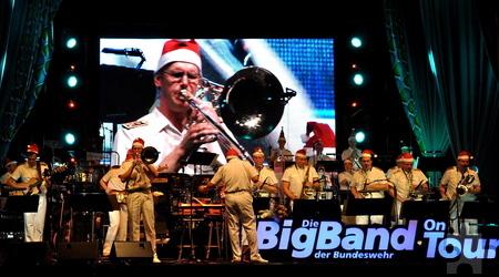 """Auch das Weihnachtslied """"Stille Nacht"""" hatte die Bigband im Repertoire. Die Musiker zogen sich dafür rote Nikolaus-Zipfelmützen über. Foto: Reiner Züll/pp/Agentur ProfiPress"""