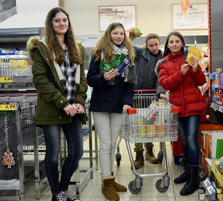 Achtsam suchten die Schüler die Lebensmittel für die Tafel aus. Foto: Kerstin Zimmermann/pp/Agentur ProfiPress