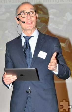 In seiner Ansprache stellte Schulleiter Heinrich Latz unter anderem das iPad-Projekt am HJK vor. Foto: Renate Hotse/pp/Agentur ProfiPress