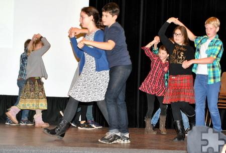 Einen schottischen Tanz führten die Fünftklässler auf. Foto: Renate Hotse/pp/Agentur ProfiPress