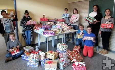 Geschafft: Insgesamt 104 Pakete haben die Schüler der Gesamtschule der Stadt Mechernich für Flüchtlingskinder gepackt. Foto: Privat/pp/Agentur ProfiPress
