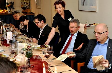 """""""Harmonie zwischen Speisen und Wein"""" lautete das Credo von Marc Baum bei der Krimilesung mit Ralf Kramp. Den Gästen wurde ein opulentes Vier-Gänge-Menü serviert. Foto: Reiner Züll/pp/Agentur ProfiPress"""