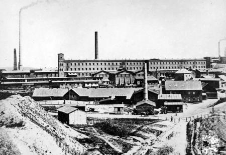 Das Königspochwerk und andere Einrichtungen der Mechernicher Erzverarbeitung.  Auf dem Höhepunkt um 1882 wurden knapp unter 40.000 Tonnen Glasurerze von einer Belegschaft von 4500 Mann erbeutet und verhüttet. Foto: Stadtarchiv Mechernich