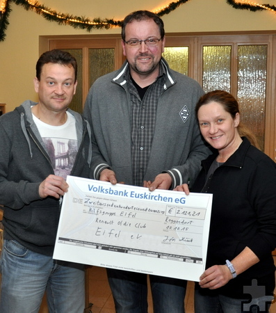 Einen Spendenscheck über 2.121,21 Euro übergab Jörn Hück an die Hilfsgruppe Eifel. Foto: Reiner Züll/pp/Agentur ProfiPress