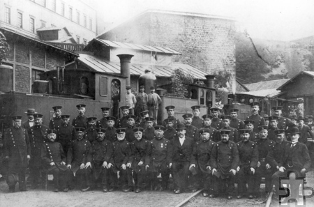 Die Belegschaft der Mechernicher Bergwerkseisenbahn trug Uniform. Nach dem Zweiten Weltkrieg wurde noch auf moderne Diesellokomotiven umgerüstet, dann schloss die Preussag die Mechernicher Gruben völlig überraschend zum Jahresende 1957.  Foto: Stadtarchiv Mechernich